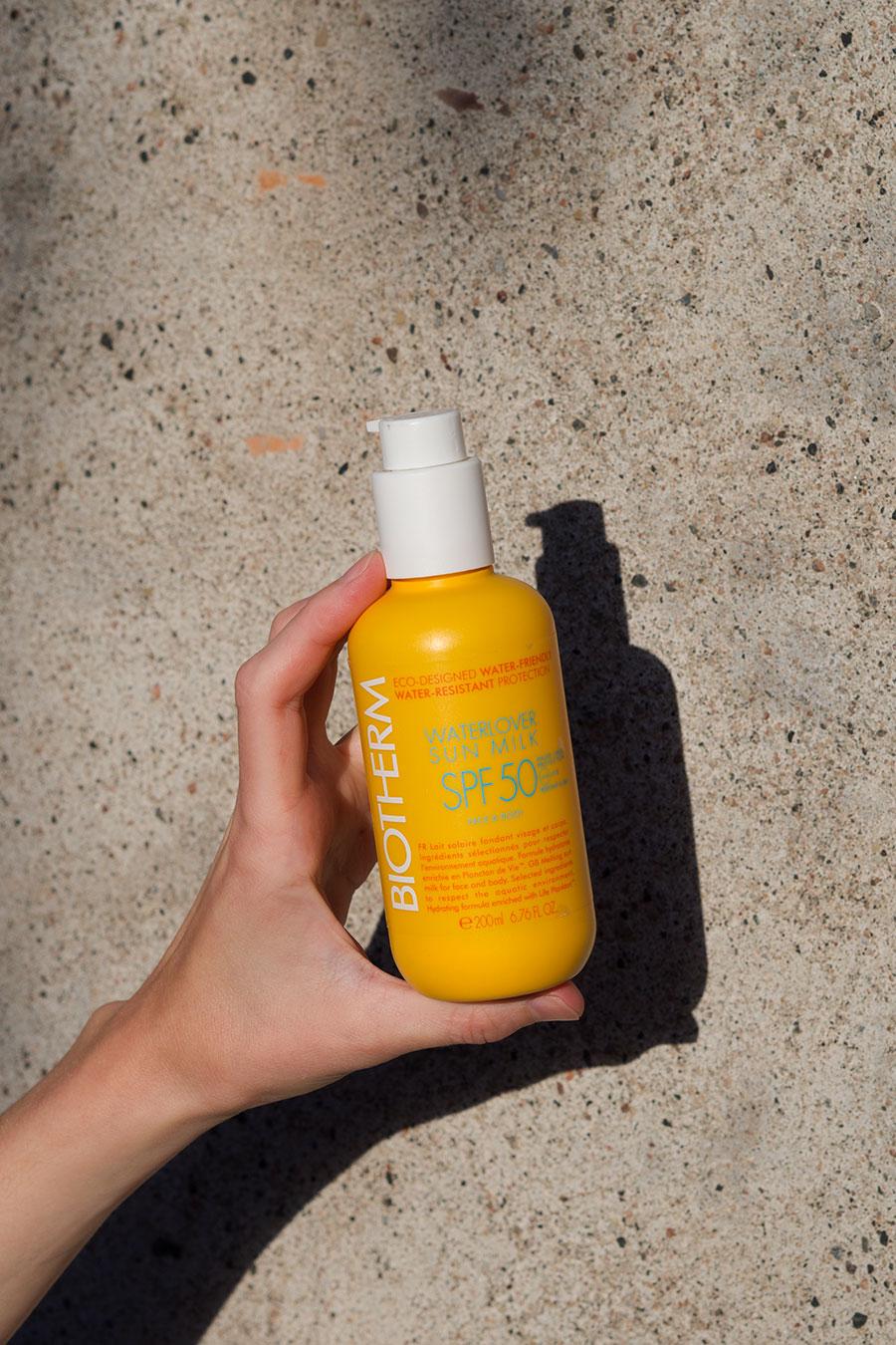Hånd som holder Biotherm-solkrem