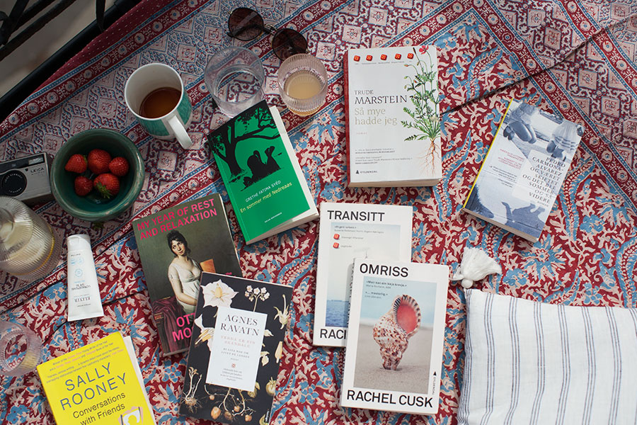 Bøker på balkong (lesetips)