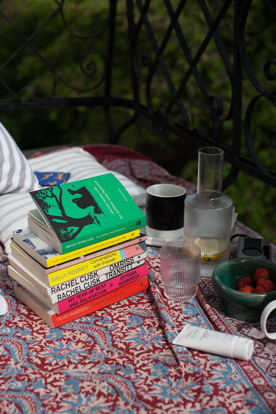 Stabel med bøker på balkong (lesetips)